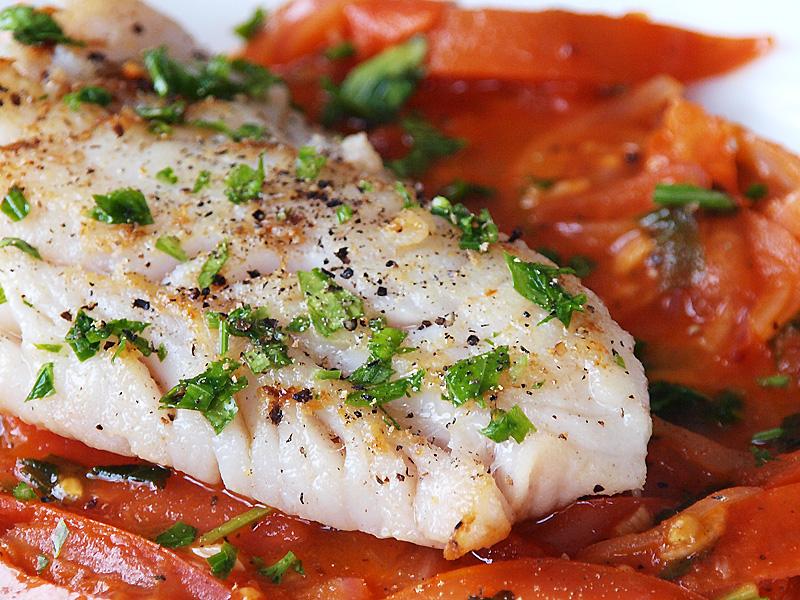 Grillezett tengeri halfilé zöldfűszeres paradicsomraguval