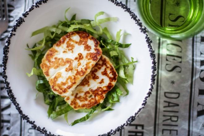 Grillezett sajt diós pirított magvakkal zöldsaláta ágyon