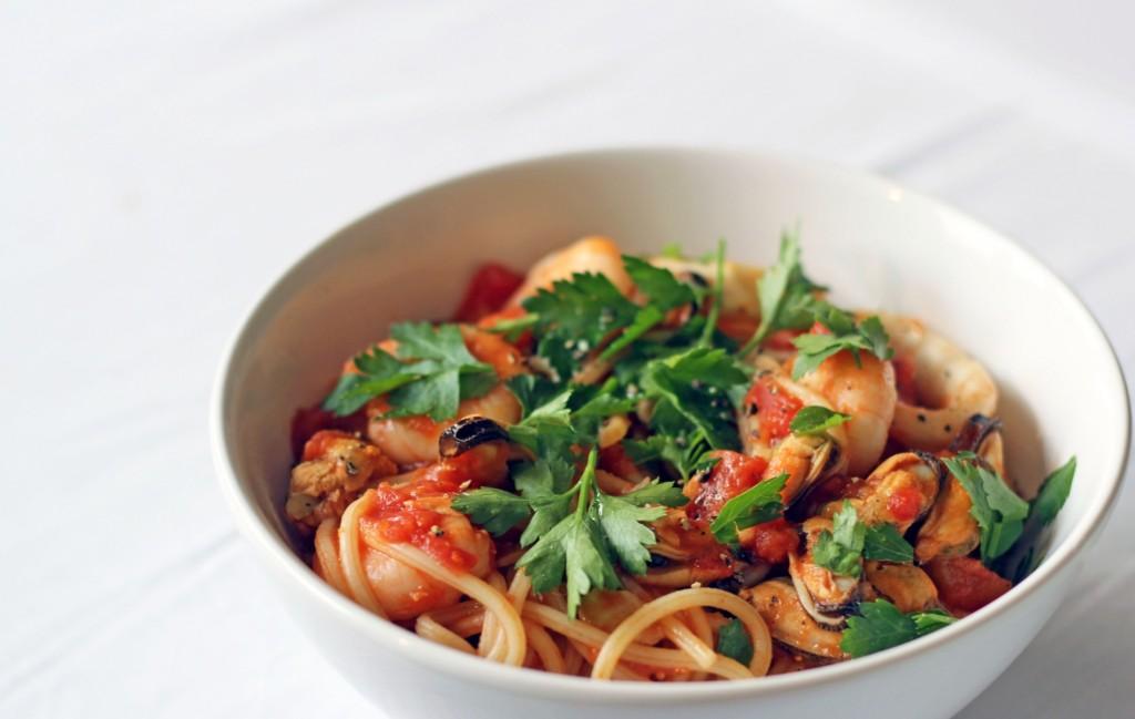 Tengergyümölcsei zöldséges spagetti sajttal