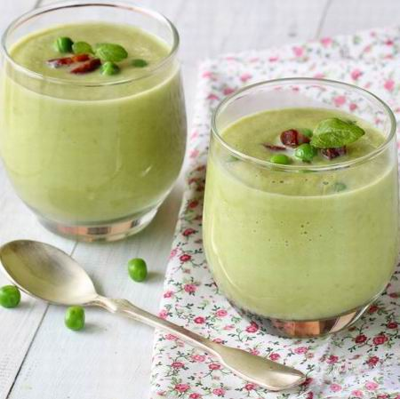 Bazsalikomos zöldborsó krémleves sonkával, zöldségekkel